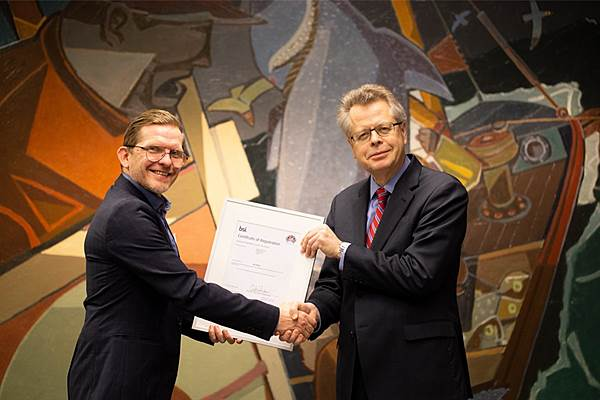 The photo shows Már Guðmundsson, Governor of the Central Bank of Iceland, receive the equal pay certification from Guðjon Kristinsson of BSI-Iceland.