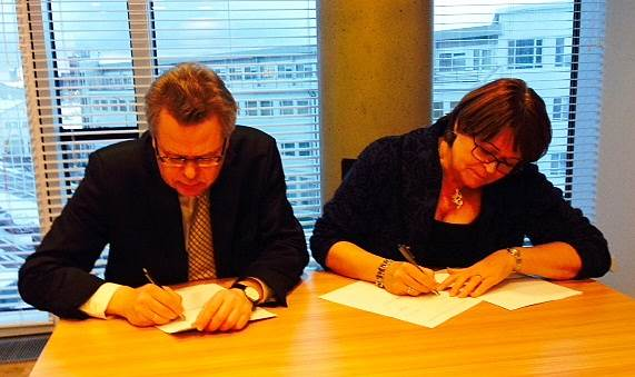 The photo was taken when Már Guðmundsson, Governor of the Central Bank of Iceland, and Unnur Gunnarsdóttir, Director General of the Financial Supervisory Authority, signed the agreement.