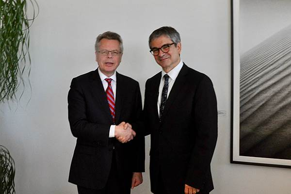 A photo of Már Guðmundsson and Mario Marcel, taken at the end of the meeting.
